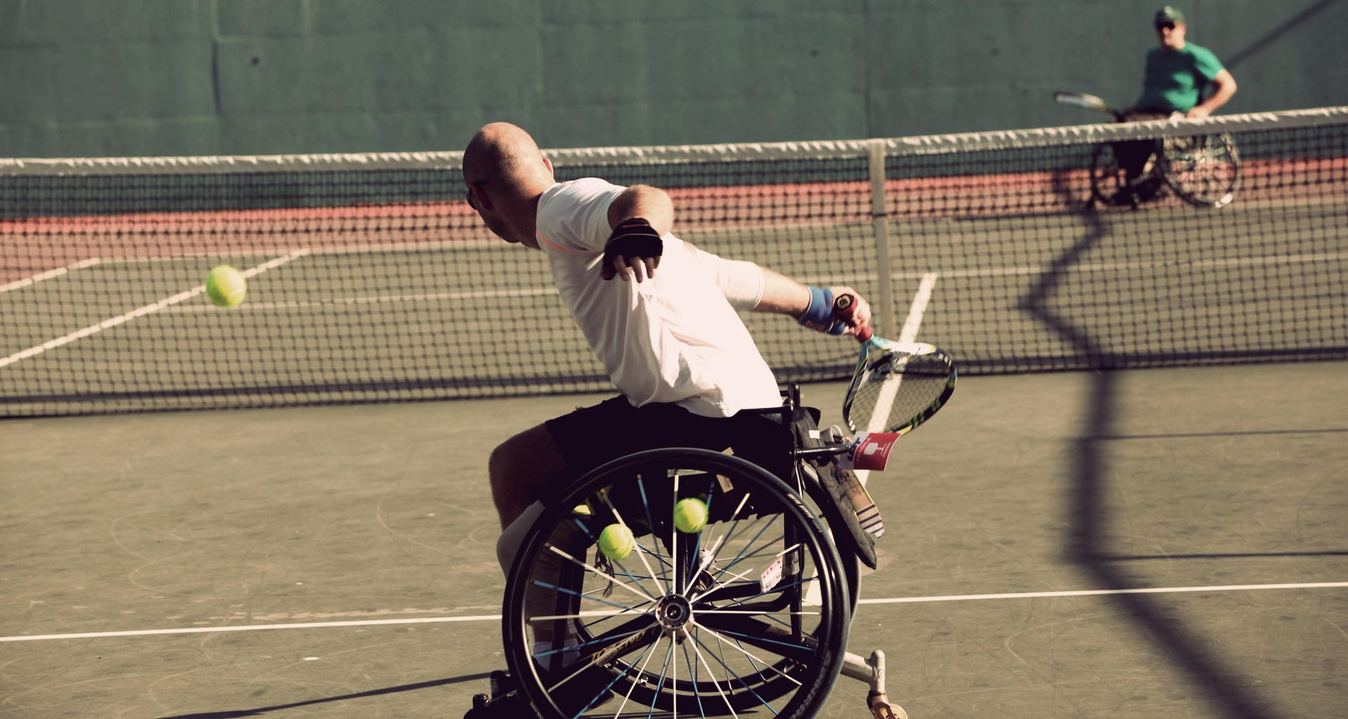 """הטניסאי הפראלימפי אדם ברדיצ'בסקי מאיל""""ן ר""""ג שחקן טניס כסאות גלגלים בולט ומעוטר"""